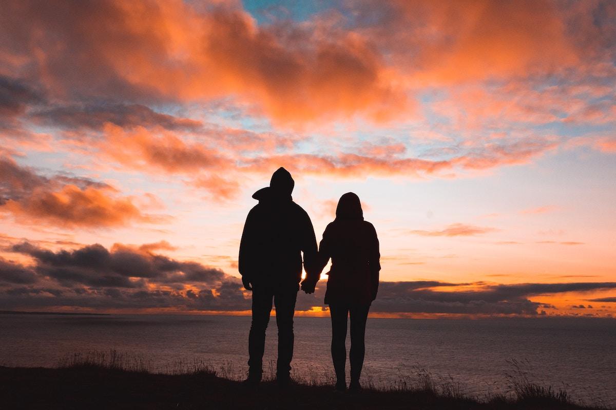 hand in hand duinen zonsondergang